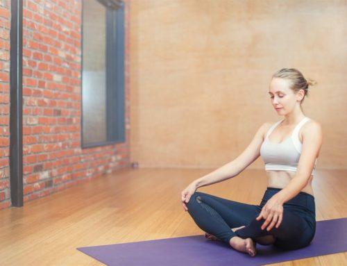 10 poziții de yoga pe care le poți face acasă, chiar dacă ești începător